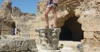 Żywy posąg w murach Kartaginy;p