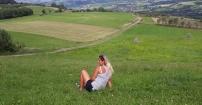 Zapatrzona w piękny krajobraz